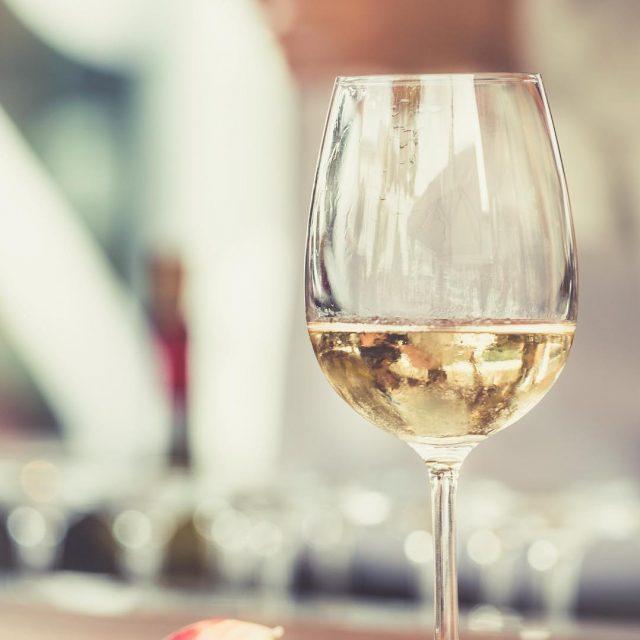 Voetjes omhoog koud glas wijn erbij Ik wens jullie eenhellip